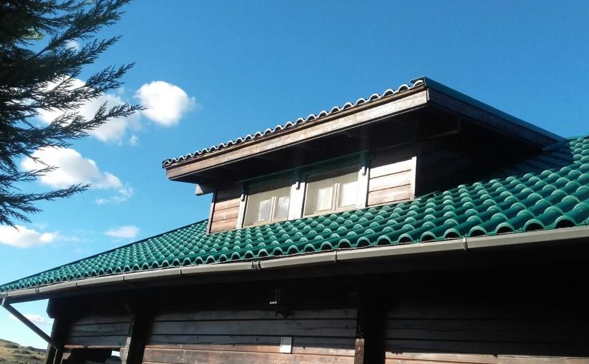 Renovación tejado casa madera. De tégola a teja plástica ligera verde